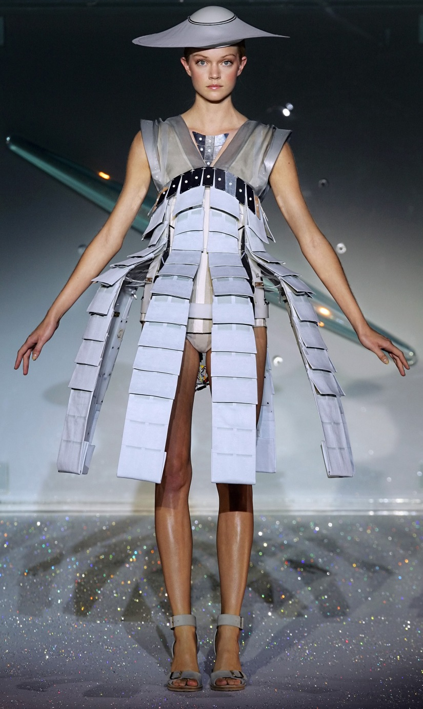 A model presents a creation by British-based Turkish Cypriot designer Hussein Chalayan during the Spring/Summer 2007 ready-to-wear collections in Paris, 04 October 2006. AFP PHOTO/PIERRE VERDY
